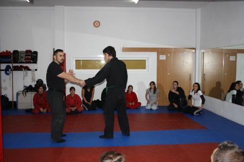 Juanmi realizando una técnica a los asistentes