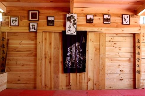 Interior del dojo de Uma Ryu 2012 - Puerta principal corredera.