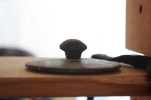 Un instante para la reflexión: La tapadera de una tetera tradicional