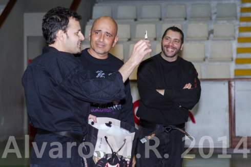 El Shidoshi Carlos Vazquez, entregando un obsequio al Shihan Pedro Fleitas